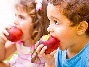 ninos-comiendo-manzanas
